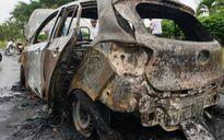 Huyndai 4 chỗ cháy ngùn ngụt, tài xế đạp cửa thoát thân