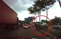 Clip: Ô tô bán tải bất ngờ leo dải phân cách để tránh kẹt xe