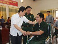 Đồng chí Nguyễn Xuân Sơn thăm, tặng quà các thương, bệnh binh, gia đình chính sách