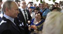 Tổng thống Putin hôn phụ nữ lạ trên phố