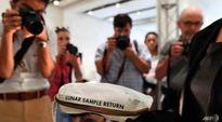 Túi đựng bụi Mặt Trăng bán đấu giá được 1, 8 triệu USD