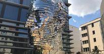 Khuôn mặt người khổng lồ bằng thép có thể thay đổi hình dạng