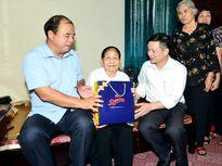 Đảng ủy Khối Doanh nghiệp quận Hoàng Mai tặng quà tri ân Mẹ Việt Nam Anh hùng
