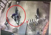 Clip: Trộm bẻ khóa, 'cuỗm' xe SH cực nhanh trên phố Hà Nội