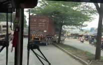 Hết xe bán tải lại đến container leo dải phân cách để thoát kẹt xe
