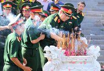Bộ trưởng Bộ Quốc phòng Ngô Xuân Lịch dâng hương tại Thành cổ Quảng Trị
