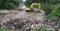 Hà Giang: Dân phản ánh ô nhiễm, xã thuê máy xúc đẩy 'núi' rác xuống suối