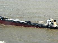 Hút cát giải cứu tàu nghìn tấn mắc cạn ở Cửa Lò