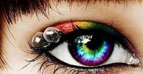 Suýt mù vì 27 chiếc kính áp tròng kẹt trong mắt