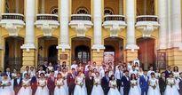 40 cặp cô dâu chú rể tay trong tay chụp ảnh cưới trước Nhà hát Lớn