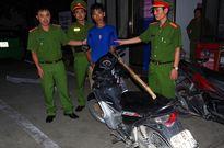 Đang mua xăng, người phụ nữ bị đối tượng cầm dao và đinh ba cướp xe