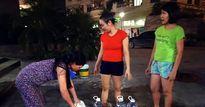 Bi hài dân chung cư Hà Nội dùng cầu thang máy 'gồng gánh' nước về nhà dùng