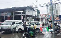 Sau cú húc, đầu taxi dính chặt vào ô tô 16 chỗ
