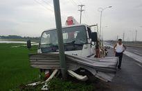 Vĩnh Phúc: Xe Thanh tra giao thông đâm vào cột đèn, hàng loạt cọc tiêu bị gãy