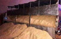 Đổ cát lậu vào bãi để đối phó thanh tra giao thông