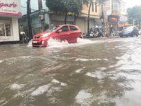 Mưa chiều 4/8 tại Hà Nội: Nhiều tuyến đường lại ngập sâu