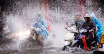 Người Hà Nội lại 'lội sông' sau mưa