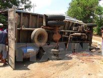 Thanh Hóa: Xe tải lao cột điện, 3 người ngồi trên xe tử vong