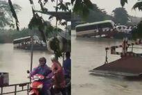 Hãi hùng cảnh ô tô qua phà suýt trôi tuột xuống sông