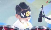 Đại Nghĩa thán phục bé 7 tuổi vừa bịt mắt vừa chơi trống