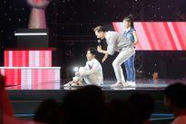 Vũ Cát Tường và Soobin Hoàng Sơn gục xuống và ôm nhau trên sân khấu