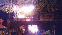 Nhà 2 tầng cháy dữ dội, xe cứu hỏa liên tục phải tiếp nước