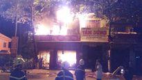Quảng Trị: Cửa hàng kinh doanh đồ điện tử cháy dữ dội trong đêm