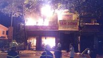 Cửa hàng điện máy cháy dữ dội trong đêm
