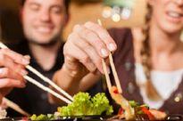 Gắp thức ăn chung 'tặng' nhau nguy cơ mắc các bệnh dạ dày