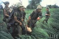 Ảnh màu hiếm lính Mỹ khổ sở trong chiến tranh Việt Nam