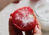 Chà 1 lát cà chua lên mặt thế này, bạn sẽ cực sốc về kết quả ngay sau đó