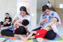 Nữ hoàng sắc đẹp Mỹ Latin ngưỡng mộ khả năng dỗ em bé của Hoa hậu Phạm Hương