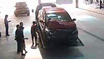 Nhân viên ngân hàng lái xe tông chết bé 7 tuổi rồi bỏ trốn
