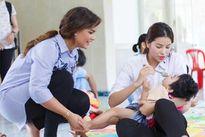 Nữ hoàng sắc đẹp Mỹ La Tinh xúc động thăm trẻ em Việt Nam