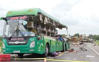 Xe đầu kéo va chạm xe khách, 5 người chết