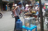 """""""Bình nước, thùng bánh mì Thạch Sanh"""" giữa phố cổ Hà Nội"""