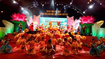 Hàng ngàn du khách tham dự 'Đêm hoa đăng Ninh Kiều'