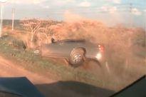 Clip: Vừa ôm cua, xe Kia Spectra đã bị tông lật nhào