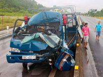 Xe tải nát đầu khi tông vào đuôi xe đầu kéo