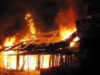 Nhận lời thách đố lấy 100 nghìn đồng, nhóm thanh niên châm lửa đốt lều