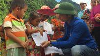 Báo Thanh Niên tặng học bổng cho học sinh vùng lũ Mường La