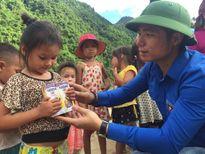 Báo Thanh Niên tiếp tục hỗ trợ trẻ em vùng lũ Mường La