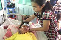 Hai vợ chồng làm thuê nhìn đứa con bệnh trào nước mắt