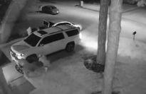 Trộm vặt sạch bánh ô tô trong nháy mắt dù có báo động