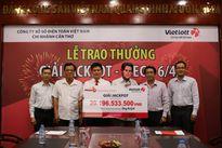 Trúng Vietlott hơn 20 tỷ, khách tặng điểm bán vé số 100 triệu đồng