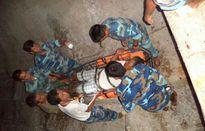 Cấp cứu ngư dân gặp nạn trên biển trong đêm ở Trường Sa