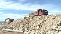 Xử phạt doanh nghiệp tự ý ngăn sông, làm đường vận chuyển cát