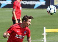 Torres cùng đồng đội chơi bóng chuyền bằng đầu trên sân tập
