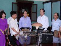 Chủ tịch nước Trần Đại Quang thắp hương tưởng niệm Bác Hồ
