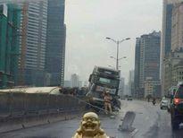 Hà Nội: Xe đầu kéo đâm nhau ở đường trên cao, hai tài xế nhập viện